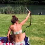 Fearless woman grabs anaconda with bare hands