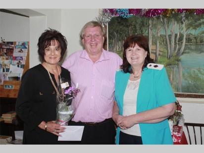 Sanet Ferreira en Blackie Swart van Absa se Voertuig- en Batefinansieringstak is hier saam met La Reynette Bejaardesorgsentrum se stigter Reinetta Ridley.
