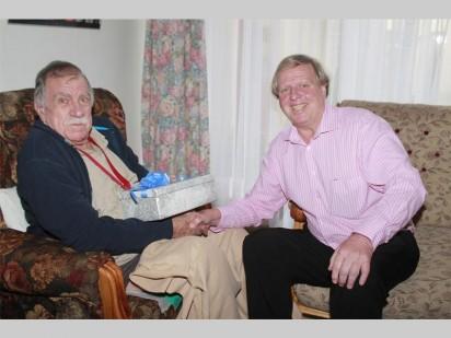Gys Booysen ontvang hier 'n Kersgeskenk van Blackie Swart (Absa se Voertuig- en Batefinansiering Streekbestuurder).