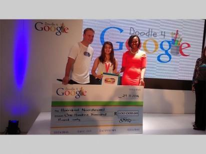 Hier ontvang Katya Ludick (middel) 'n tjek ter waarde van R100 000 vir haar skool nadat sy vanjaar se Doodle 4 Google-kompetisie gewen het. Saam met haar is Google Suid-Afrika se hoofuitvoerendebeampte Ryan Bakos (links) en Faith Muthambi, Minister van Kommunikasie (regs).