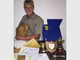 Alden Herselman met sy trofeë en sertifikate.