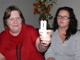 Gerda Fourie (links) met 'n soortgelyke energiebesparende lig wat oral in haar huis gebruik word. Saam met haar is haar kleindogter Zjanique Scheepers.