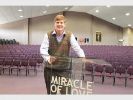 Pastoor Gerrit Mes waar hy elke Sondag 'n boodskap aan sy gemeente van 1 200 lede oordra.