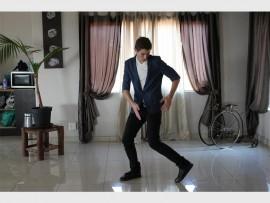 Jesse doen 'n dansroetine.
