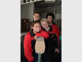 Tianette Wessels, Wessel Nienaber, Heinrich Greyling en afrigter Linda Coetzee by die Impala Gimnastiekklub.