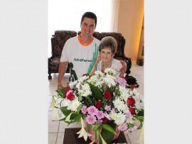 Marie Pretorius saam met Ronaldo Prinsloo van AfriForum wat vir haar hierdie blomme gebring het.