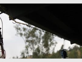 Daar is honderde vlieë in die vlieëlokvalle wat hulle om die huis aangebring het.