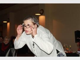 Susan Coetzer besig om haar skreeusnaakse eenvroustuk op te voer.