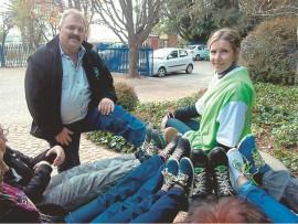 Carel van der Merwe van Pro-Practicum en San-Mari Ferreira saam met ander Pro-Practicum personeel wat deelgeneem het aan die Tekkie Tax-veldtog. Foto: Ingestuur.