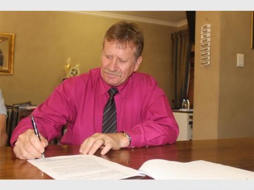 Gert Koekemoer, Hoërskool Bastion se hoof teken 'n kontrak met Jump Stretch South Africa om hulsportsaal in 'n strekband-gimnasium te omskep.