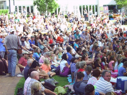 Die amfiteater by Key West het amper uit sy nate gebars van al die Bobby-aanhangers.
