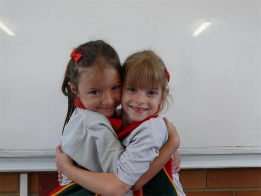 Die tweelingsussies Liane en Gracy van Straaten is baie lief vir mekaar en is saam opgewonde oor Graad 1.
