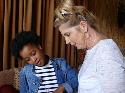 Norma Mangena wys vir haar Wiskunde-juffrou Karien du Plessis haar goeie Wiskunde-punt.