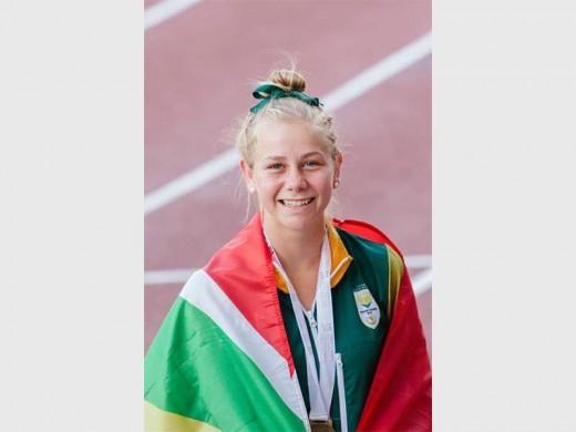 Liza Kellerman het die Suid-Afrikaanse vlag as mantel gedra nadat sy derde in die 800m gekom het.  Foto: verskaf