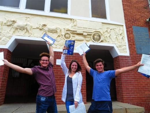 Ricardo Robberts, Courtney van Niekerk en Keaton Fitzpatrick het hulle matriekuitslae gevier deur op die skool se trappe van blydskap te spring.