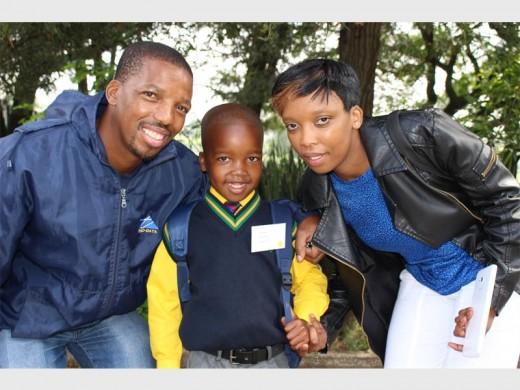 Even Pooe en Linda Banda het trots by Lesego gestaan op sy eerste dag van skool.