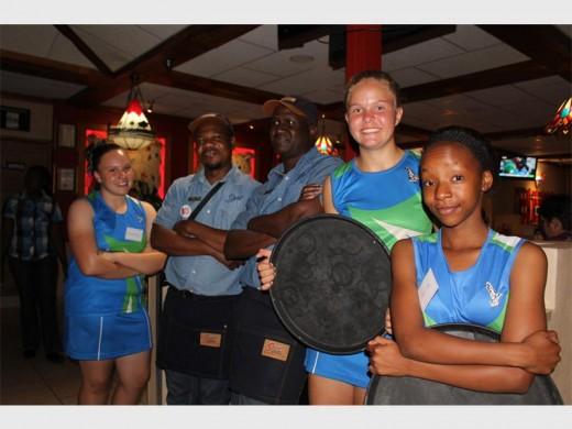 Die kelners en netbalspelers het die klante van Missouri Spur fluks bedien. In die foto is Sharizma Liebenberg, Dube Raphael, Mkhululi Nkomom, Miané le Roux en Desiree Swart.