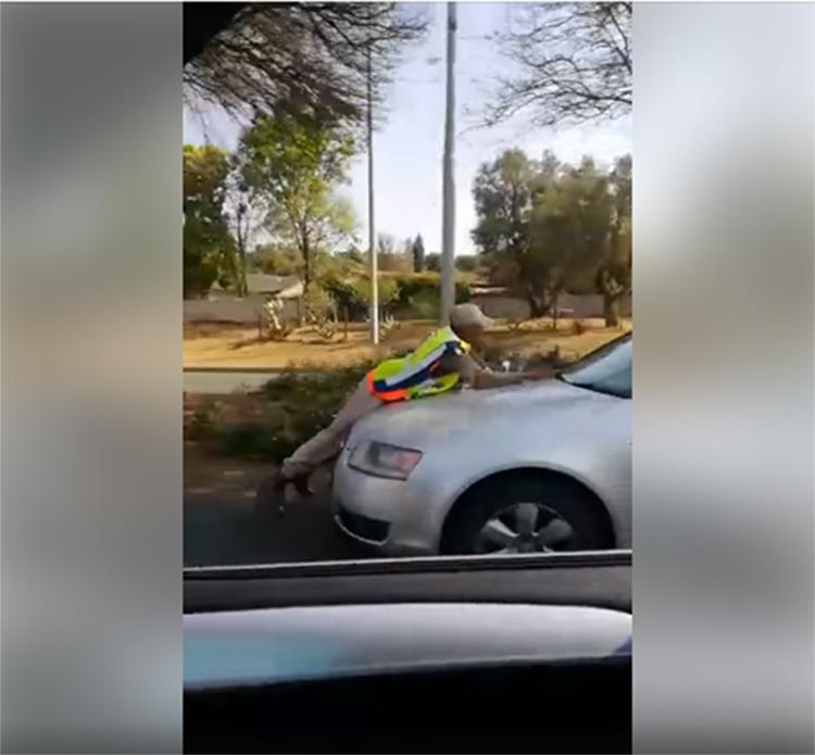 [WATCH] Verkeersbeampte sit vas op die motor se enjinkap in Robert Broomrylaan - Krugersdorp News