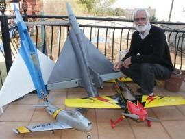 Gert Potgieter met die model vliegtuie wat hy self gemaak het. Foto: Labeeqah Rawood