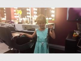Megan de Beer, 5, hou die vlegsel vas wat sy later aan Cansa Wes Rand geskenk het. Foto verskaf.