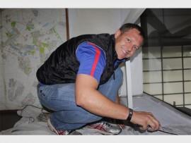 Johann Knoete scraping the wall. Photo: Sonwabile Antonie