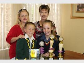 Agter van links is Luitha Roux (JC se ma) en Lorraine van der Merwe (Deidré se ma). Voor van links is JC Roux en Deidré van der Merwe. Fotos: Adéle Bloem
