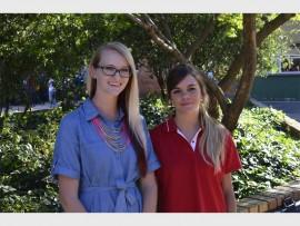 Talita Niemann (links) en Stephné Scheffer begin hul onderwysloopbaan by Hoërskool Florida. Foro: Verskaf