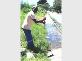 Albert Ntwakumba from Johannesburg Water attending to the problem. Photo: Adéle Bloem