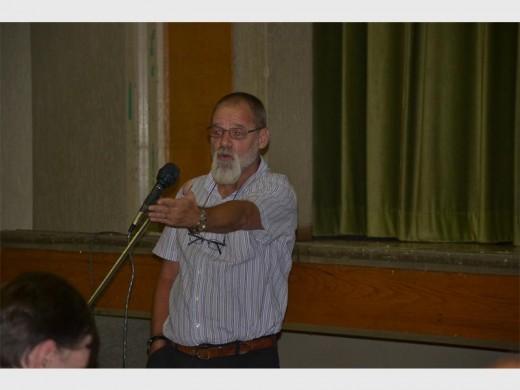 Mr Geoff Bierman raises his concerns at the meeting.