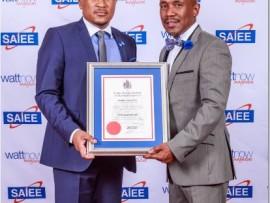City Power's managing director, Sicelo Xulu receives an award from the president of SAIEE, Thembinkosi Madikane.