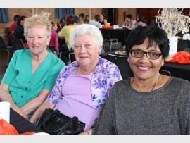 Tienie Roets (links), Yvonne Slabbert en Saras Naidoo het gesellig saamgekuier tydens die bederfdag.