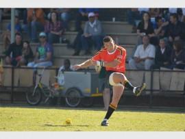 Ginter Smuts, van die Hoërskool Dr EG Jansen, in aksie teen die Hoërskool Kempton Park. Jansen se eerste rugbyspan het Kempton met 83 - 14 geklop.
