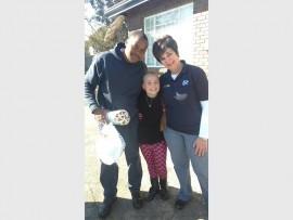 Shimmy Mashamaite, Martinique Nel en Elna Koekemoer tydens die oorhandiging van donasies aan die DBV op 9 Julie.