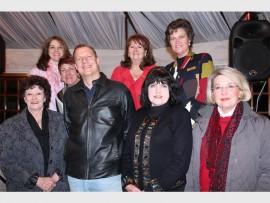 Die Sarie Klub komitee, saam met musikant Pieter Albert Jordaan. In die foto staan, agter (van links): Francie Beukes, Lydia Laurens, Daleen Kotze en Benieta Cloete. Voor: Susan Noppe, Joan Roos en Laurette Barger.