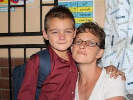 Dylan Korb, wat graag eendag 'n 'mechanic' wil word, wil nie sy mamma Veronica laat gaan nie.