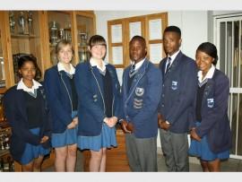 Hulle is (van links): Kea Letshonyo (onder-hoofdogter), Tamaryn van der Merwe (onder-hoofdogter), Lianza Grobler (hoofdogter), Klaas Mgidi (hoofseun), Sipho Khumalo (onder-hoofseun) en Owethu Mchunu (onder-hoofdogter).
