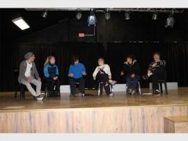 Van die toneelspelers in aksie op die verhoog is (van links): Dylon Knox, Marli Lottering, Jolene Els, Brenan Nel, Welmari Odendaal en Jarred Henning.