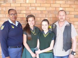 Saam met Abrie op die foto is sers Faith Ntuli, van die Brakpan SAPS, asook twee graad agt  leerders van Stoffberg, Natalee Steyn (links) en Nadia Schultz.