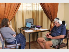Yentel Vorster (oudioloog en liefdadigheidskoördineerder van Impact Hearing) toets Kobus McQuirk, 'n inwoner by die Frank Mynhardt Sorgsentrum, se gehoor.