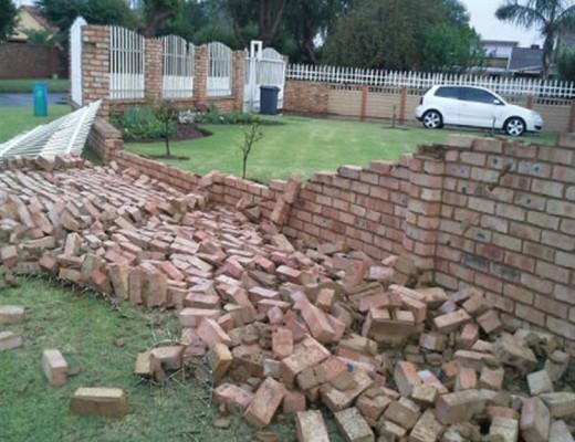 'n Muur by 'n huis in Tweedylaan is platgevee deur die sterk wind.
