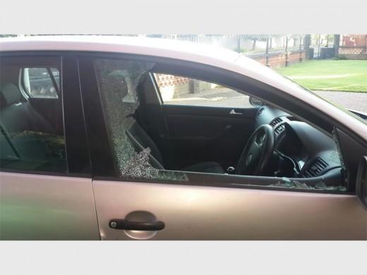 Die venster by die passasierskant is stukkend geslaan.