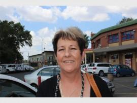 Sue Cronje: Ek voel positief. Ek was nog daar gewees met die openingsdag. Ek besit 'n winkel in Brakpan en moes altyd na Alberton se Makro gery het om goed daar te gaan koop. Nou is dit naby en geriefliker vir baie mense.