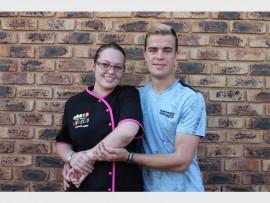 Karla la Grange en haar vriend, Arno Steenkamp, het Vrydagnag benoude oomblikke beleef. Die blou kol onder haar elmboog het sy opgedoen toe sy geval het.