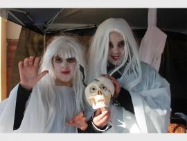 Chanelle Homan (links) en Marcelle Jansen se stalletjie het die MC Spookstalletjie geheet en hulle was ook in die kol met hulle uitrustings.