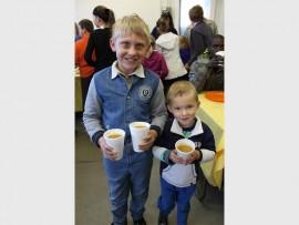 Adeon Wessels (9) en Luan Uys (4) was twee van die jonger helpers wat Saterdagoggend sop uitgedeel het by die Rata Maatskaplike Dienste.