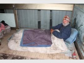 Johannes Kotze (77) is een van vele mense wat snags in die wandellaan slaap.