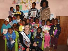 Bianca Birnie, 'n finalis in die Mrs Africa kompetisie, het onlangs die Ndalo Enhle Dagsorgsentrum in Springs  besoek om vir die kinders storieboeke te neem en lekkergoed uit te deel. Sy het ook die dag saam met die kinders spandeer.  Bianca is ook in die proses om geld in te samel om 'n klouterraam by die dagsorgsentrum te laat oprig.