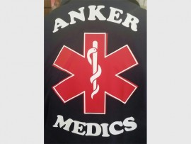 Spesiale baadjies vir die noodhulpspanne van die Anker, met 'n spesifieke logo op die agterkant, maak hulle makliklik herkenbaar.