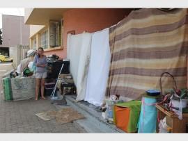 Anneke Nel (42) staan hier by die plek waar sy saam met haar vriend, Nick Digovich (38), op 'n sypaadjie in Kingswaylaan bly.