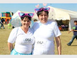 Bernadine Nell (40) en haar vriendin, Clarissa du Toit (40), het tydens die Fonteine Springs Fees die aandag op hulle vlinder kostuums gevestig, asook op fondsinsameling ten bate van kindersorg.